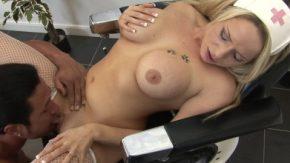 Blonda asistenta medicala fututa bine pana ramane lesinata
