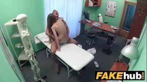 Studenta slaba fututa de doctor sa nu o mai doara capul