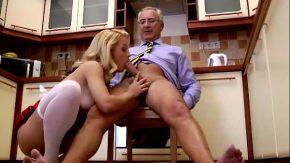 Un barbat matur face sex cu o curva blonda