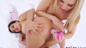 O blonda si o bruneta se masturbeaza cu un dildo