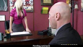 Un barbat isi baga capul intre tatele mari a doua femei milf