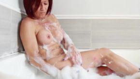 Femeia mature care fac baie cu multa spuma