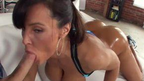 Fata minunata are fundul mare si cere mult sex anal