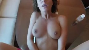 Tanara bruneta vrea sa faca sex mult