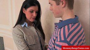 Mama face sex cu iubitul fetei