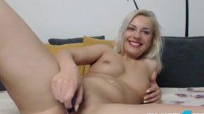 Blondina amatoare isi freaca pasarica pana are orgasme