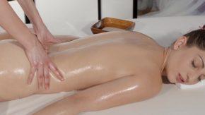Bruneta maseaza erotic o fata excitata