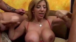 Aceasta femeie cu sani mari face sex cu doi barbati