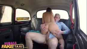 Ea conduce taxiul sotului ei dar ii si fute pe barbati