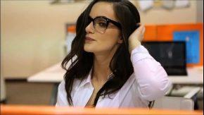 Sex la locul de munca cu femeia care sta peste program