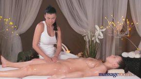 Aceste doua femei isi fac masaj erotic si isi dau sarutari peste tot