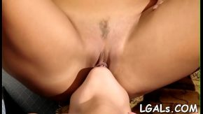 Gonzo femei care se saruta cu placere pe vaginul mic