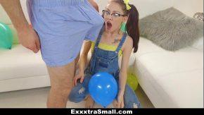 Adolescenta cu tate mici fututa de un penis monstru
