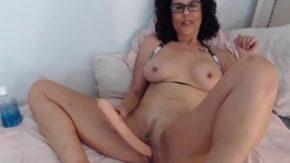 Fete xxx mature care se masturbeaza cu o jucarie mare