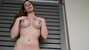 Fata cu fundul mare se masturbeaza si vrea sa o futi din picioare