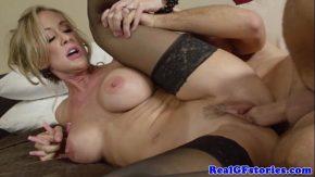 Femeia milf blonda isi face de cap in filme erotice