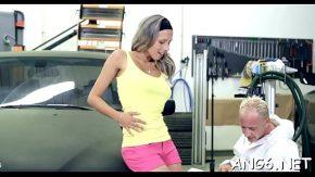 Mecanicul fute blonda care are probleme cu masina