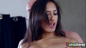 Latina cu buze moi are placerea sa il sarute