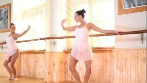 Femeile balerine stau cracanate frumos