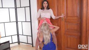 Blonda se linge la pizda cu o prietena bruneta
