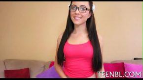 Adolescenta frumoasa se dezbraca usor de bluza