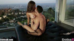Merge acasa la iubitul care o penetreaza erotic
