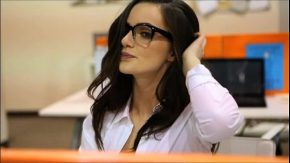 Sex la locul de munca cu o femeie bruneta ochelarista