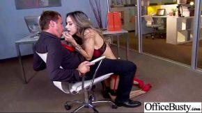 Bruneta sexy ii place sa suga pula unui coleg de birou