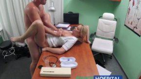 Porno la tv cu o asistenta medicala si doctorul ei